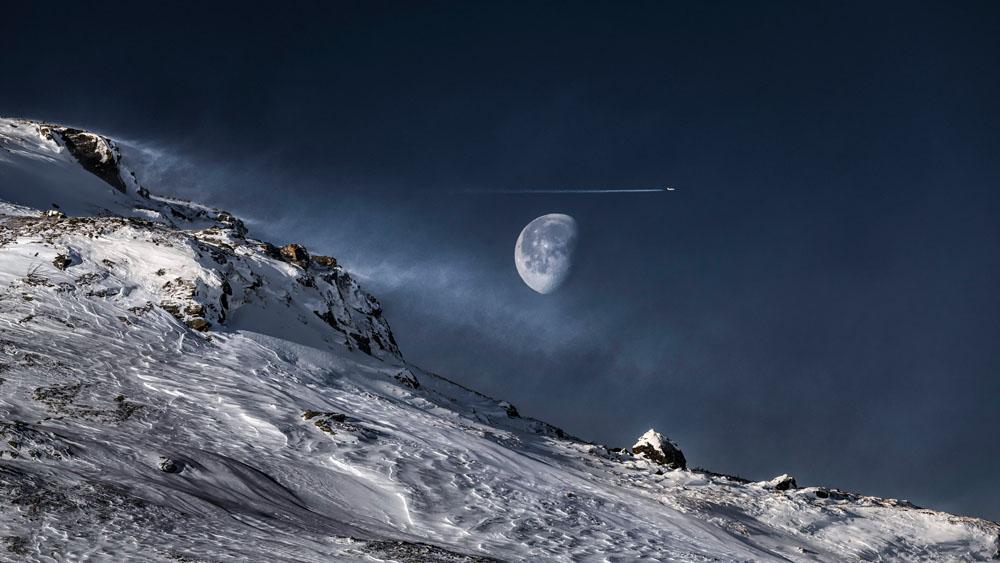 Måne över fjäll